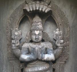 Statua di un individuo nell'atto di pregare