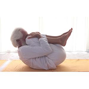 Posizione yoga supta pavanamuktāsana con due gambe