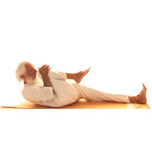 Posizione yoga supta pavanamuktāsana