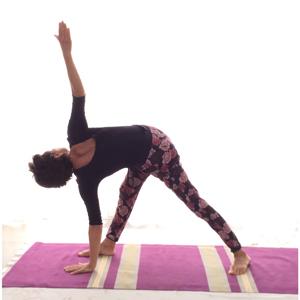 posizione yoga trikoṇāsana