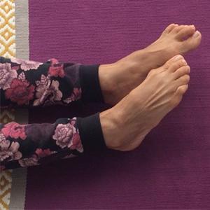 posizione yoga grīvā saṃcalana caviglie