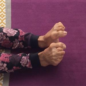 posizione yoga grīvā saṃcalana dita