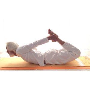 posizione yoga dhanurasana