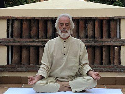 Esecuzione della posizione svastikāsana