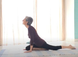Posizione yoga ardha candrasana