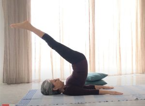 Posizione yoga halasana