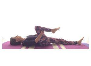 Posizione yoga supta pavanmuktasana
