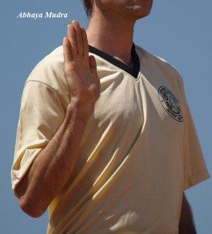 foto di uno yogi che tiene una mano alzata