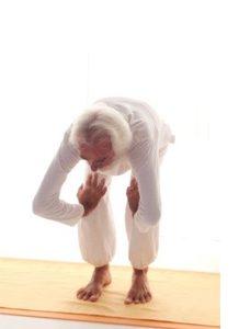 Dimostrazione di allungamento del dorso e scioglimento delle gambe