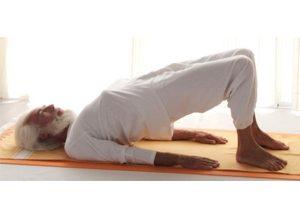 Posizione yoga ardha setubandhāsana