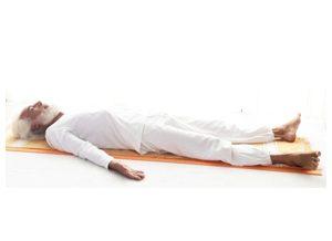 Posizione yoga śavāsana