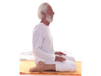 Esecuzione della posizione supta vajrāsana